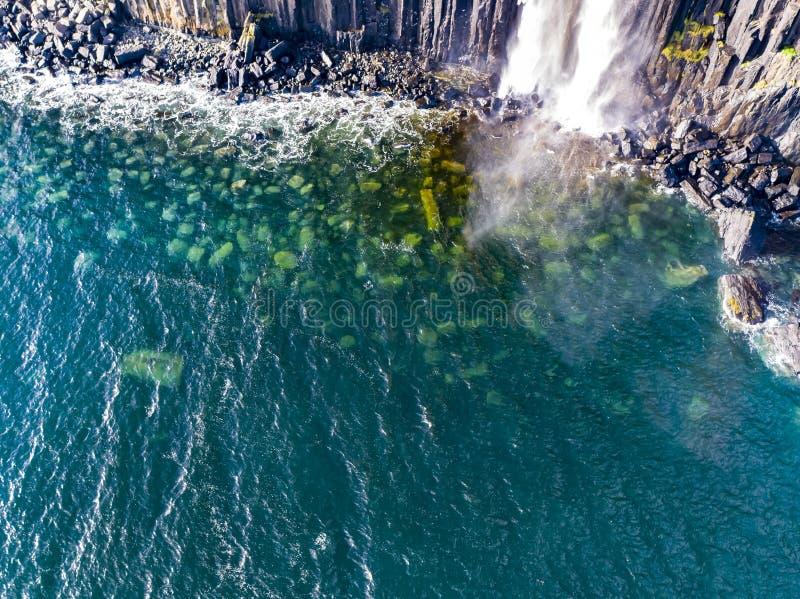 Ideia aérea do litoral dramático nos penhascos por Staffin com a cachoeira famosa da rocha do kilt - ilha de Skye - foto de stock royalty free