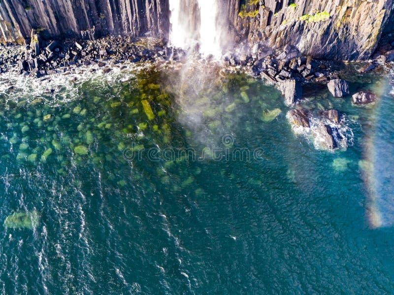 Ideia aérea do litoral dramático nos penhascos por Staffin com a cachoeira famosa da rocha do kilt - ilha de Skye - fotos de stock