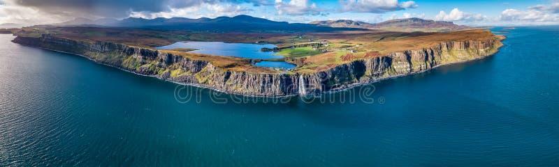 Ideia aérea do litoral dramático nos penhascos por Staffin com a cachoeira famosa da rocha do kilt - ilha de Skye - imagem de stock