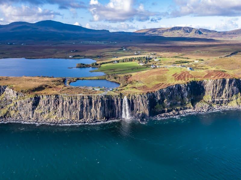 Ideia aérea do litoral dramático nos penhascos por Staffin com a cachoeira famosa da rocha do kilt - ilha de Skye - fotografia de stock royalty free