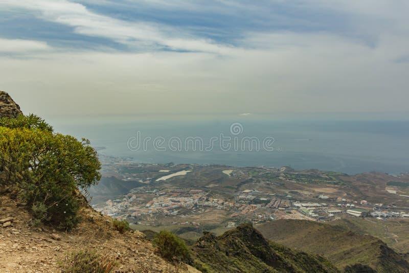 Ideia aérea do litoral ocidental no dia ensolarado C?u azul e nuvens Estrada de seguimento rochosa na área de montanha seca Tener imagens de stock