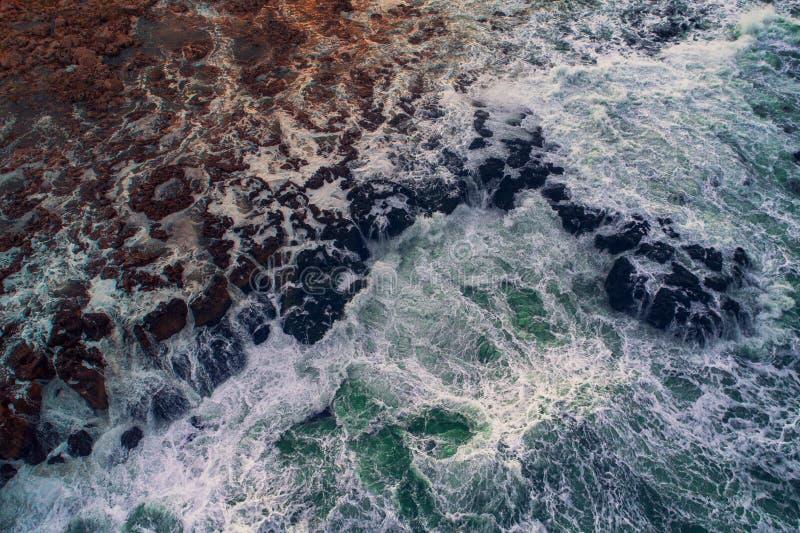 A ideia aérea do litoral rochoso com deixar de funcionar acena imagem de stock royalty free