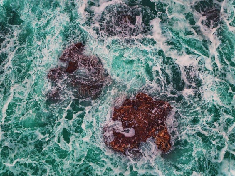A ideia aérea do litoral rochoso com deixar de funcionar acena foto de stock royalty free
