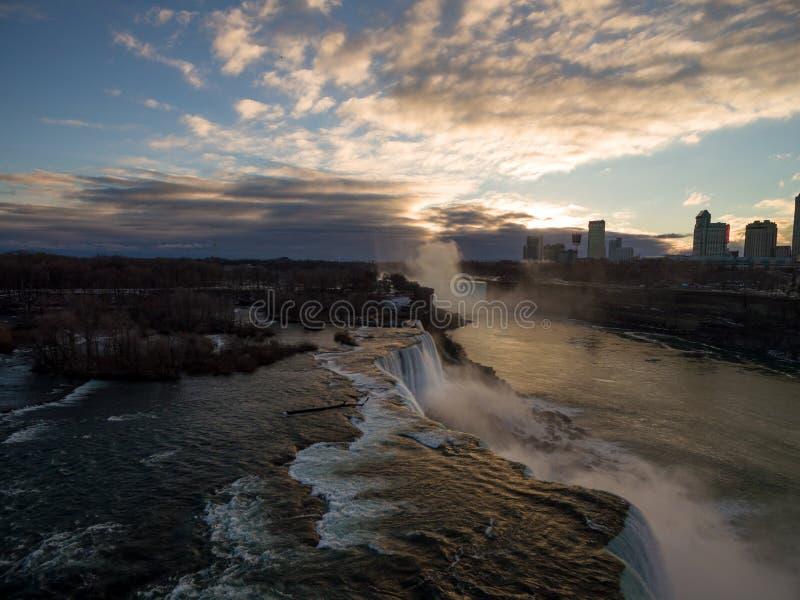 Ideia aérea do por do sol em Niagara Falls durante o tempo de inverno fotos de stock