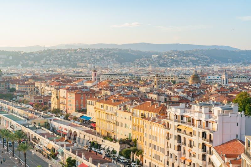 Ideia aérea do por do sol da arquitetura da cidade do centro agradável do monte do castelo imagens de stock royalty free