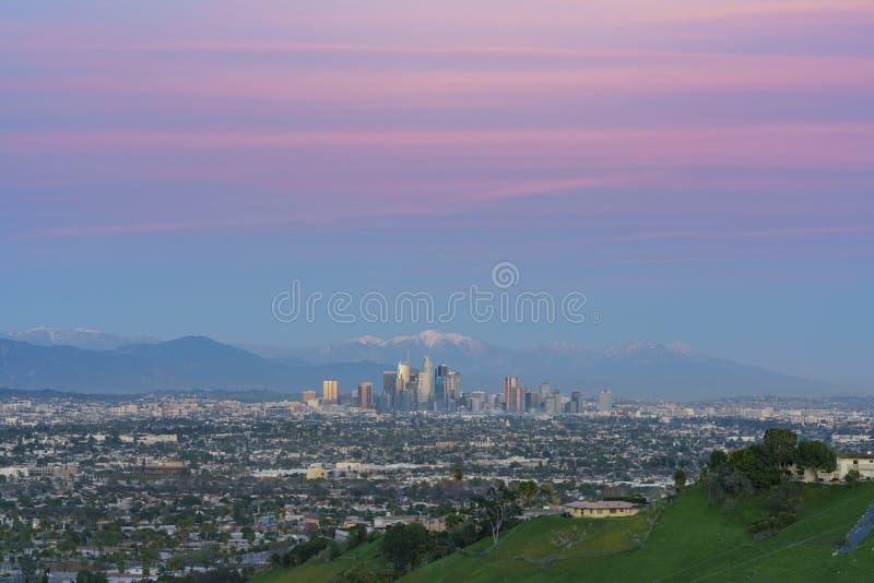 Ideia aérea do por do sol da arquitetura da cidade do centro bonita de Los Angeles com mt baldy imagens de stock royalty free