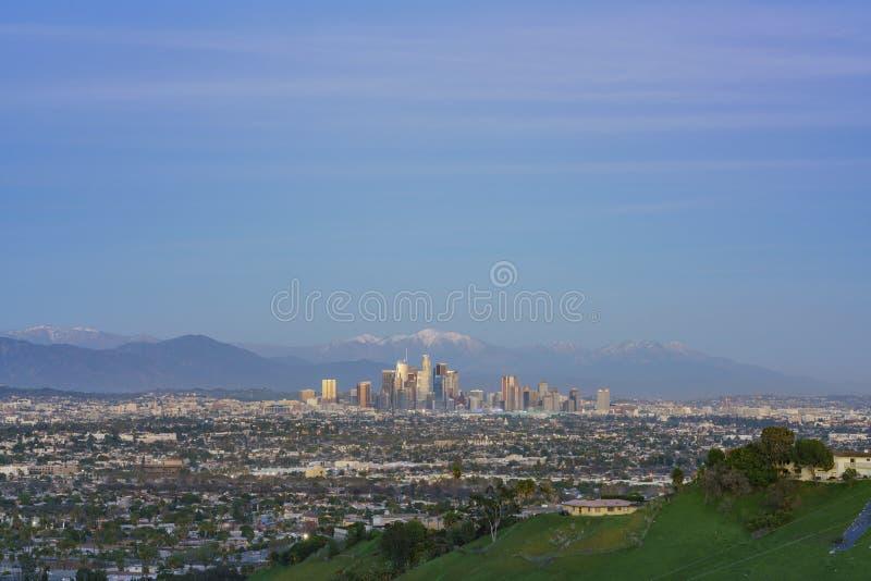 Ideia aérea do por do sol da arquitetura da cidade do centro bonita de Los Angeles com mt baldy fotografia de stock royalty free