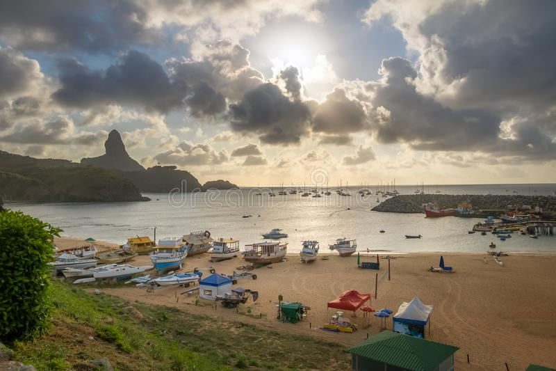 A ideia aérea do por do sol no Praia faz Porto e o porto de Santo Antonio com Morro faz Pico no fundo - Fernando de Noronha, Bras imagens de stock