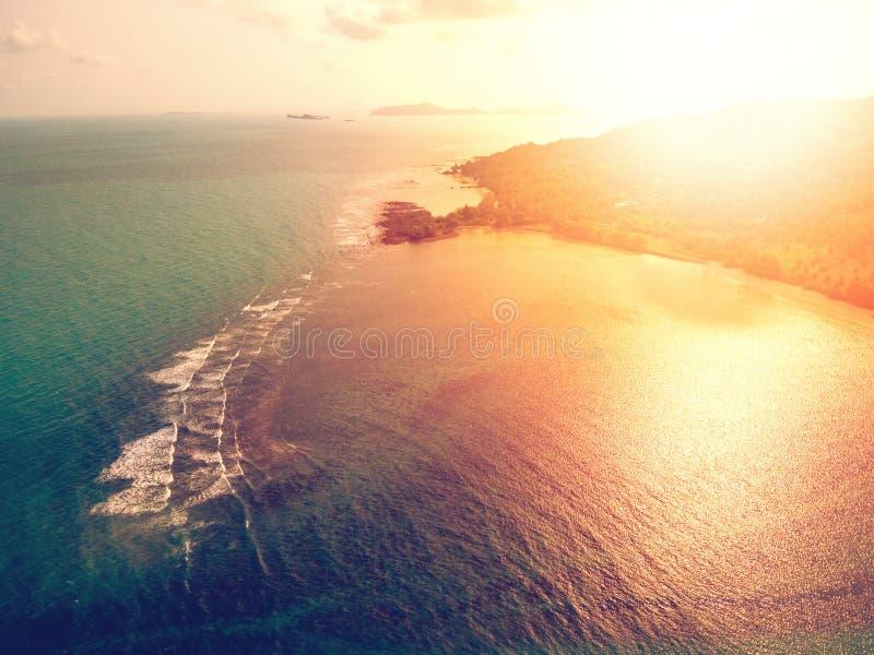 Ideia aérea do por do sol sobre o mar tropical esmeralda imagem de stock