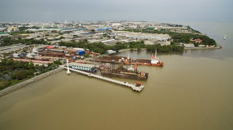 Ideia aérea do porto do navio dentro e da propriedade industrial no samuthpraka imagem de stock