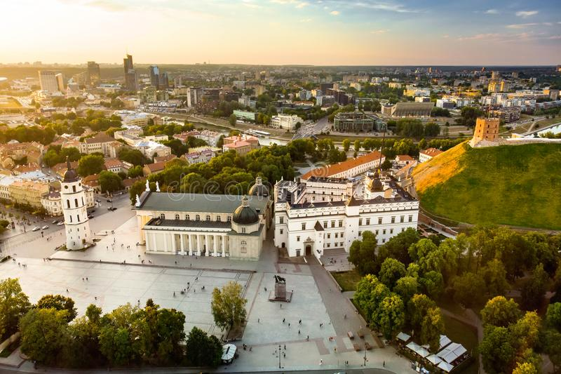 Ideia aérea do quadrado da catedral, quadrado principal da cidade velha de Vilnius, um lugar chave no âmbito público do ` s da ci fotografia de stock royalty free