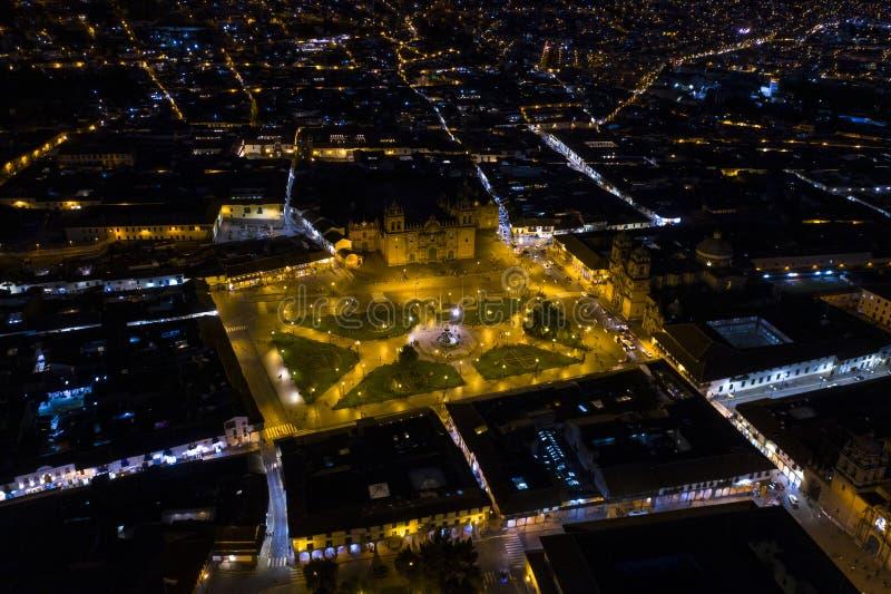 Ideia aérea do quadrado principal 'Plaza de Armas' de Cusco na noite foto de stock royalty free