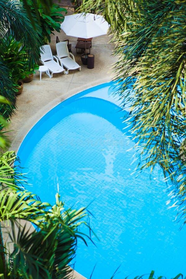 Ideia aérea do recurso bonito da piscina do hotel de luxo com imagens de stock royalty free
