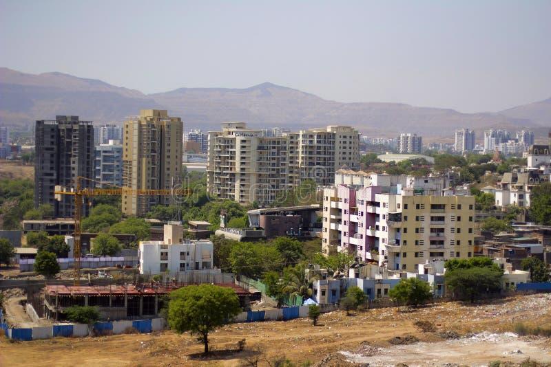 Ideia aérea do scape da cidade com prédios de apartamentos, sob construções da construção e montanhas imagem de stock