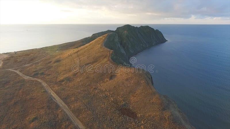 Ideia aérea do seascape bonito em Malásia tiro Vista aérea na costa rochosa ou cliffy em algum lugar em Malásia foto de stock