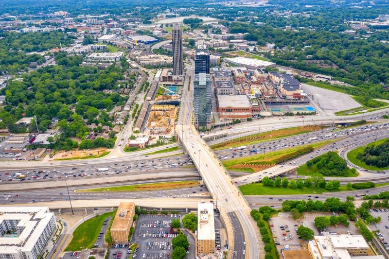 ideia aérea do tráfego e da interseção da estrada 85 do Midtown de Atlanta imagens de stock royalty free
