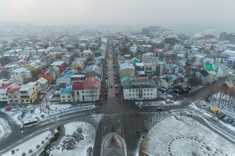 ideia aérea do tráfego em ruas e em telhados de casas bonitas em Reykjavik, Islândia foto de stock royalty free