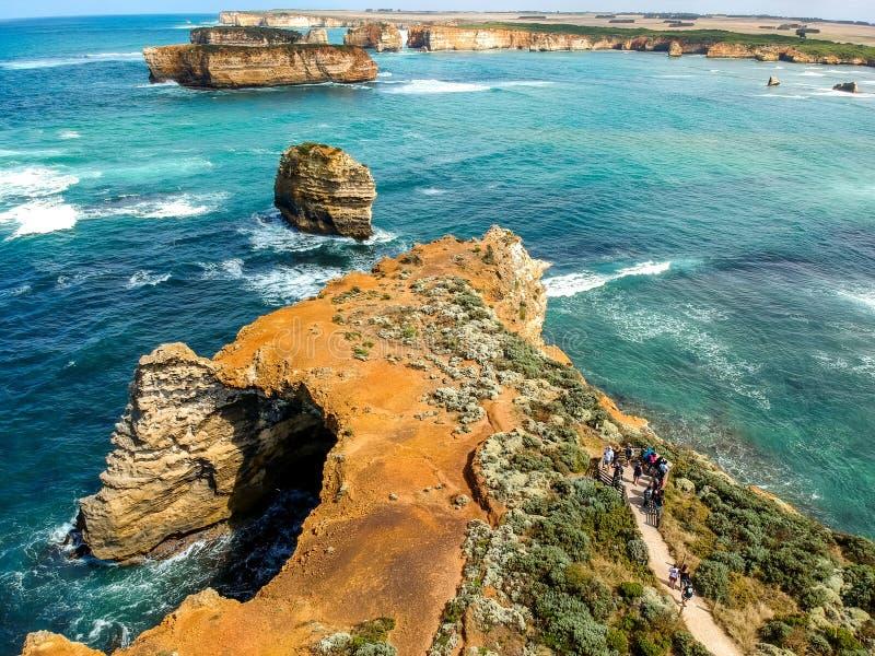 Ideia aérea do zangão do ângulo largo impressionante de formações de rocha no oceano na baía das ilhas ao longo da grande estrada imagem de stock