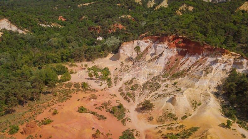 Ideia aérea do zangão do desflorestamento em um ambiente seco do deserto fotografia de stock
