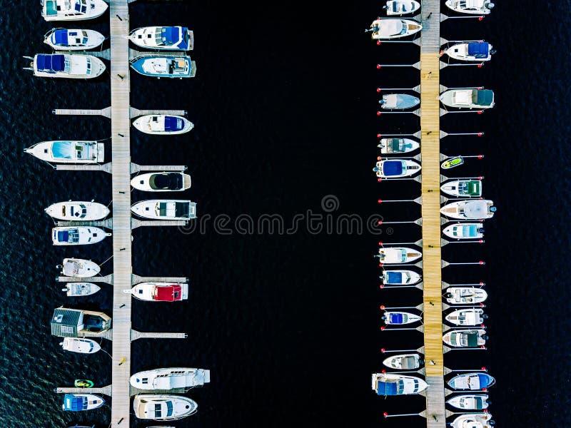 Ideia aérea dos barcos, dos iate, da bicicleta da água e da sauna de madeira em um porto em Finlandia fotografia de stock