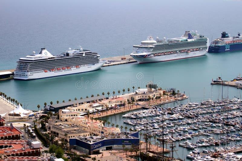 A ideia aérea dos cruzeiros entrou no porto de Alicante fotos de stock royalty free