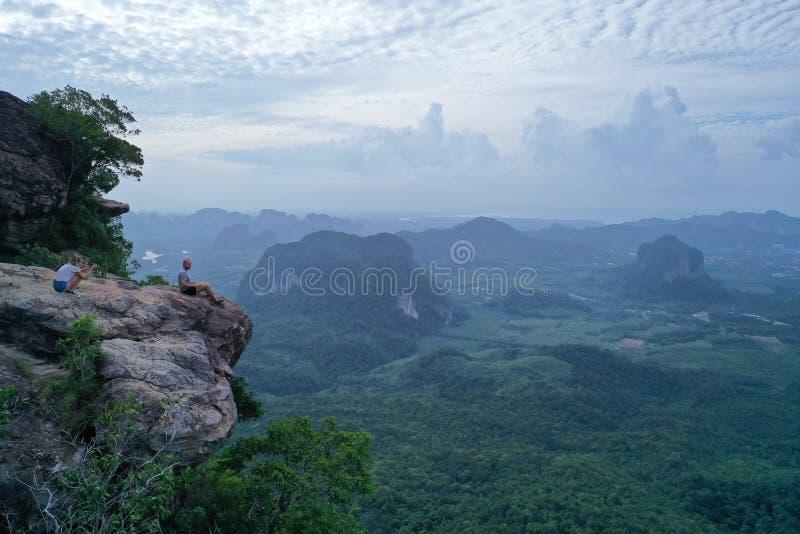 Ideia aérea dos pares na borda da rocha no ponto do Mountain View imagem de stock