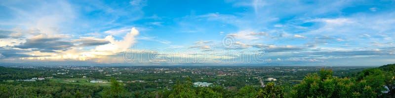 Ideia aérea panorâmico da borda da cidade e da montanha fotografia de stock royalty free
