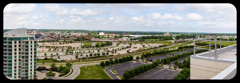 Ideia aérea panorâmico do centro de convenções de Omaha Nebraska e dos parques de estacionamento da universidade de Gallup imagens de stock