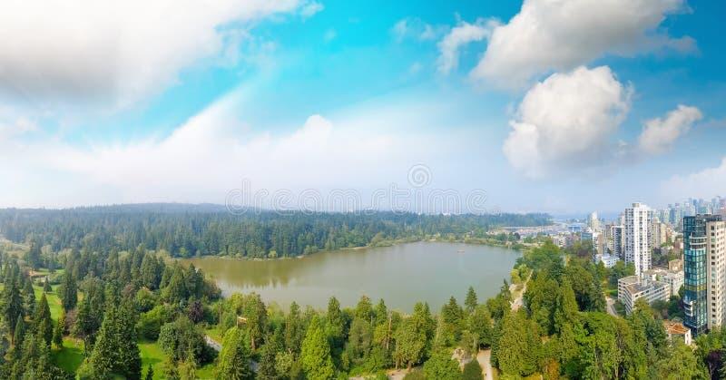 Ideia aérea panorâmico do parque de Stanley e da arquitetura da cidade de Vancôver, B imagens de stock royalty free