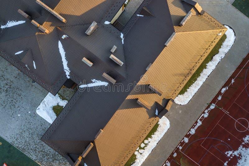 Ideia aérea superior de construir o telhado telhado da telha marrom com construção complexa da configuração Fundo abstrato, geomé imagens de stock royalty free