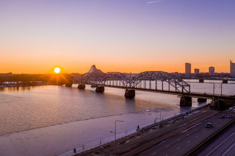 Ideia aérea surpreendente do por do sol sobre a cidade velha de Riga, Vecriga em Letónia Daugava do rio imagens de stock royalty free