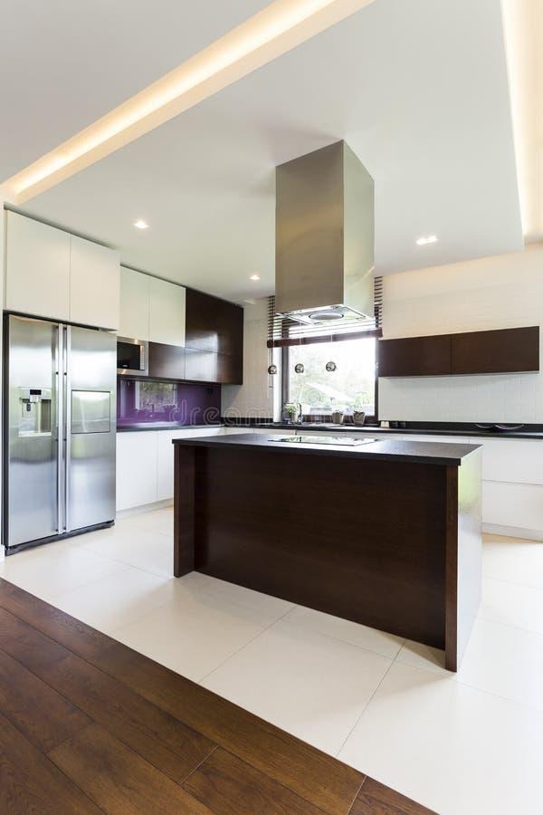 Ideia aberta moderna da cozinha imagens de stock