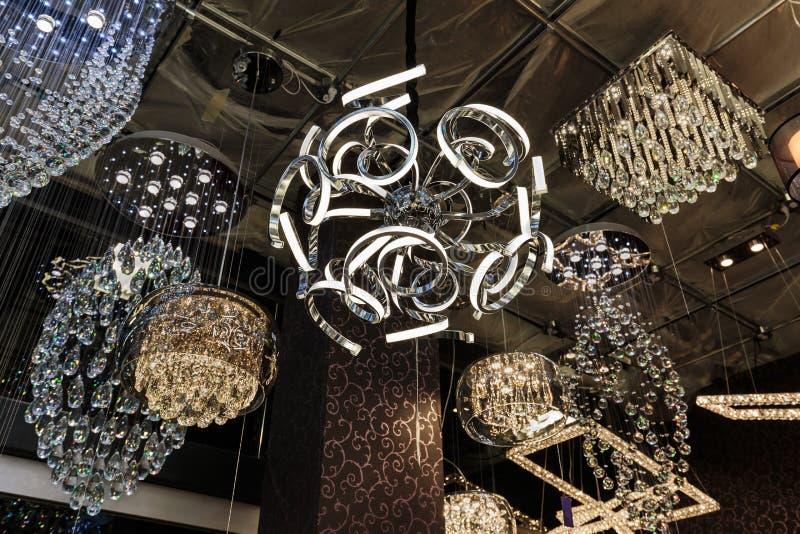 Ideia agradável do close up de várias luzes de teto decorativas interiores à moda bonitas, luxuosas no fundo escuro foto de stock