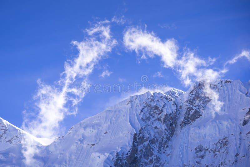 Ideia ascendente fechado do pico de Everest com as nuvens de Gorak Shep Durante a maneira ao acampamento base de Everest imagem de stock