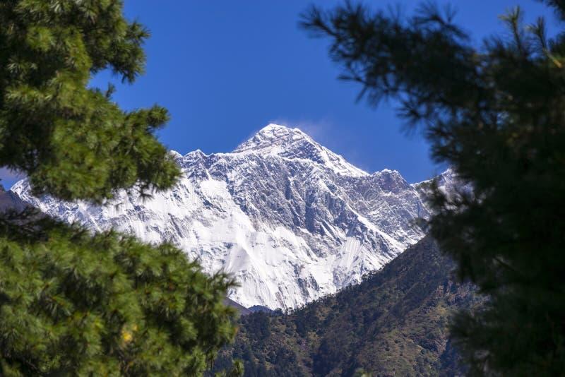 Ideia ascendente fechado do pico de Everest da área de Namche Durante a maneira ao acampamento base de Everest foto de stock