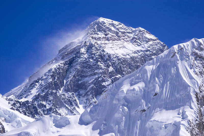 Ideia ascendente fechado do pico de Everest de Gorak Shep Durante a maneira ao acampamento base de Everest imagem de stock royalty free