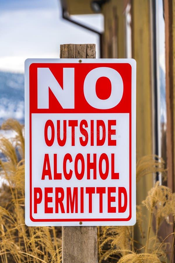 Ideia ascendente próxima de um cargo de sinal que não leia nenhum álcool exterior permitido foto de stock