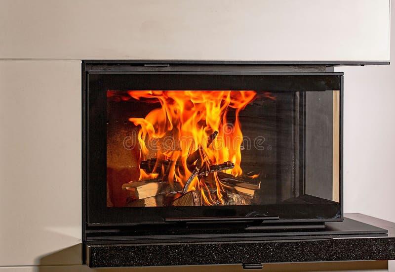 Ideia ascendente próxima do grupo de vista agradável de madeira ardente no lugar do fogo fotos de stock