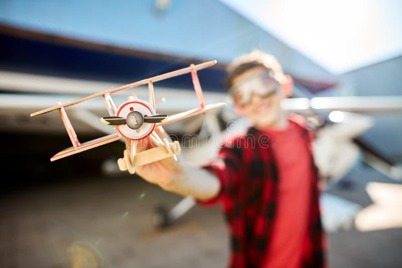 Ideia ascendente próxima do plano de hélice modelo, tiro borrado do brinquedo da terra arrendada do menino fotografia de stock
