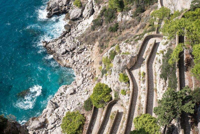 Ideia através do caminho de Krupp e o litoral dos jardins de Augustus Giardini di Augusto na ilha de Capri, Itália imagem de stock royalty free