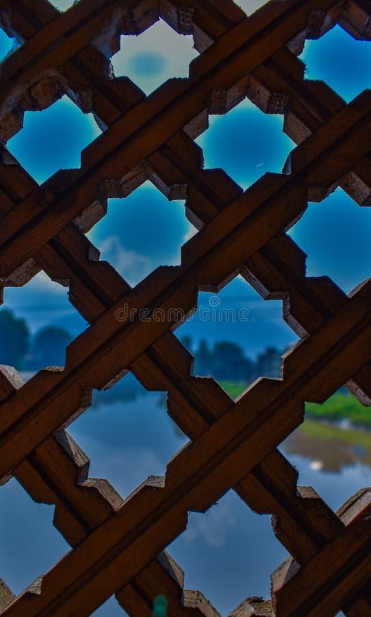 Ideia bonita da água e da paisagem dos furos de madeira artísticos foto de stock royalty free