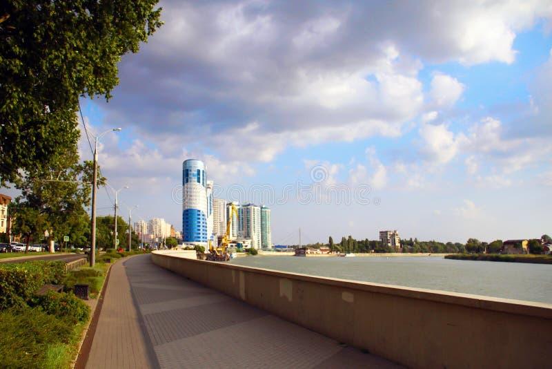 Ideia bonita da arquitetura da cidade de nivelamento, do rio e do barco de flutuação imagem de stock royalty free