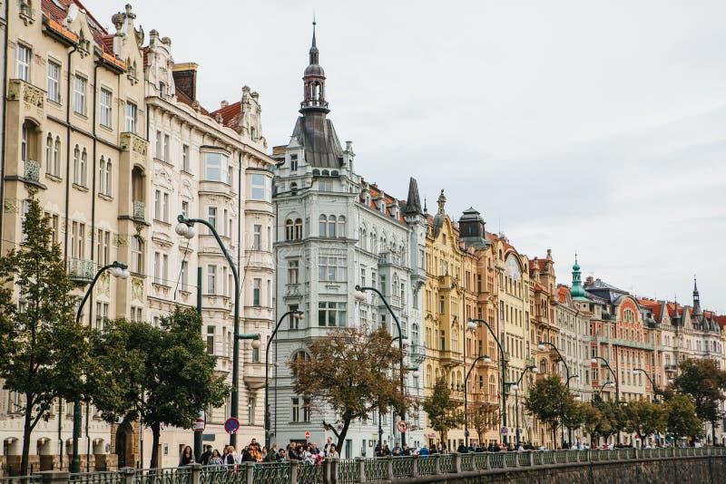Ideia bonita da arquitetura de Praga em República Checa Cais perto do rio Vltava imagens de stock
