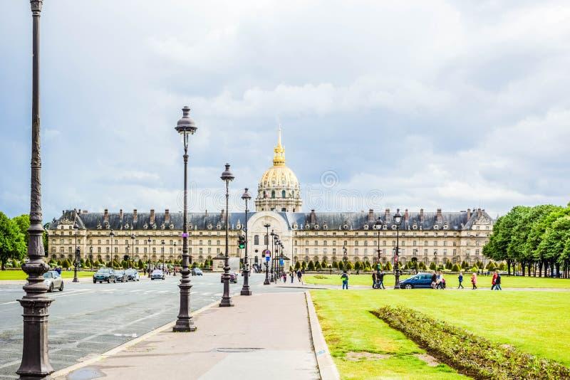 Ideia bonita da casa deficiente, do museu de Les Invalides com Golden Dome e de campos verdes do gramado, Paris, França foto de stock