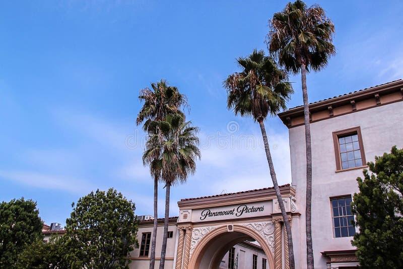 Ideia bonita da entrada principal dos estúdios de Paramount Pictures Excursões do estúdio Los Angeles, EUA imagem de stock royalty free