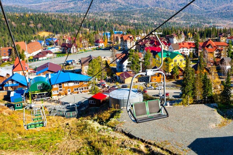 Ideia bonita da estância de esqui nas horas de verão imagens de stock