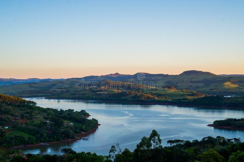 A ideia bonita de uma noite uma cidade pequena em Brasil chamou o ¡ de Ità (Santa Catarina) fotografia de stock