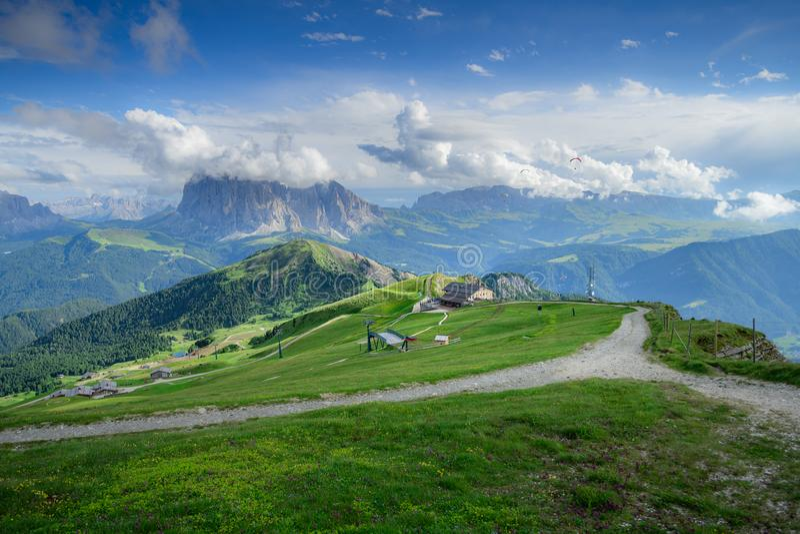 Ideia bonita do campo e do campo verde com fundo do céu azul no verão das dolomites, Itália imagens de stock royalty free