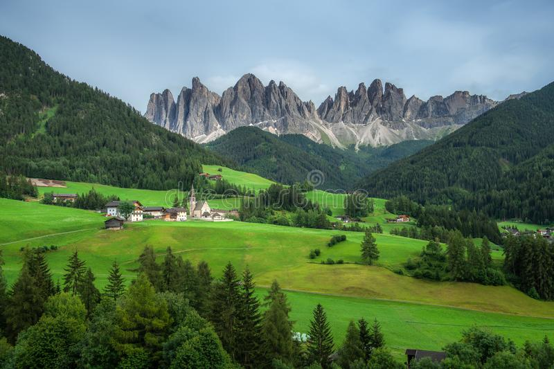 Ideia bonita do campo e do campo verde com fundo das montanhas no verão das dolomites, Itália fotos de stock