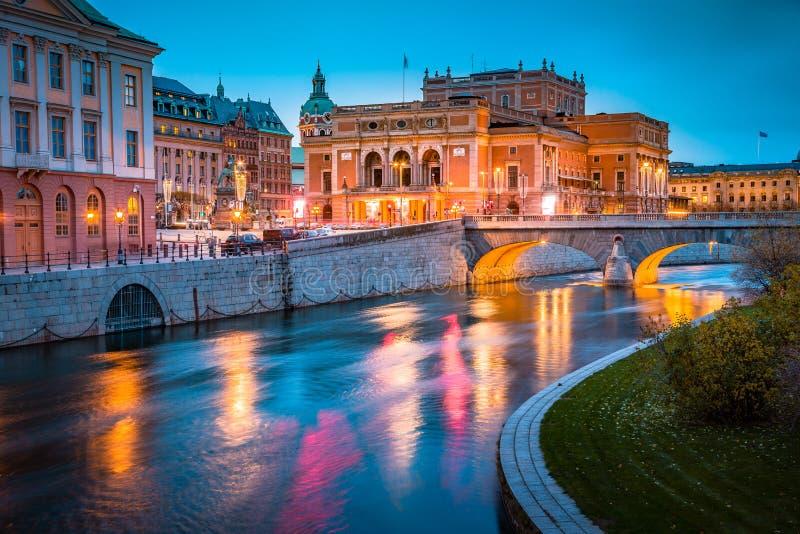 Ideia bonita do centro da cidade de Éstocolmo com Opera sueco real famoso Kungliga Operan iluminado no crepúsculo, Suécia, Scandi imagens de stock